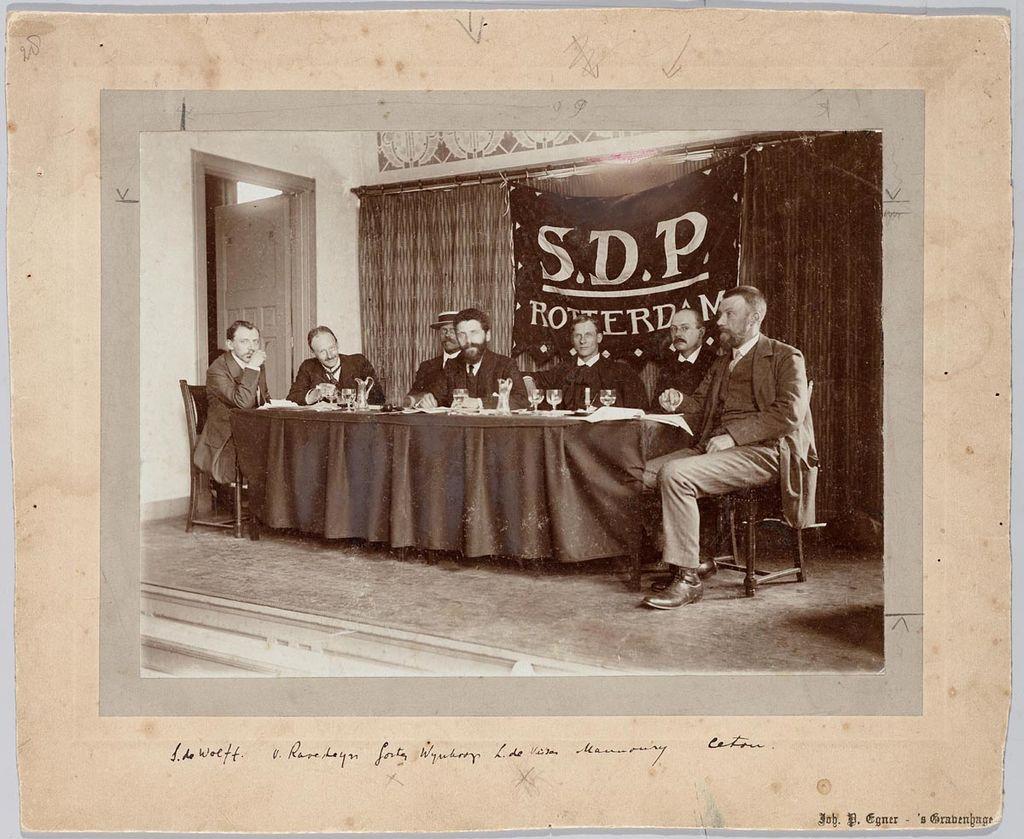 Groepsportret_SDP,_Afdeling_Rotterdam,_Congres,_1911.jpg